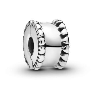 Clip Pandora 798560C00 de plata en forma de banda de corazones