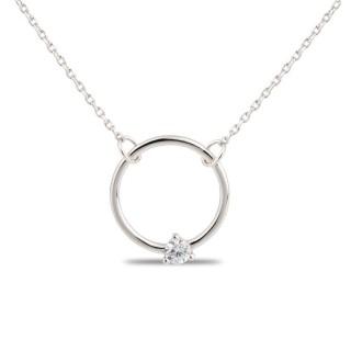 Collar de plata con detalle de círculo y circonita