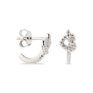 Brincos de prata com coração entrelaçado e detalhe de zircônia