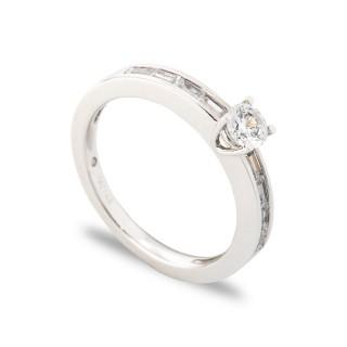 Anillo de oro con diamante central y diamante lateral de 0,55 CT