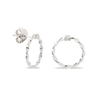 Pendientes de plata en forma de círculo retorcido